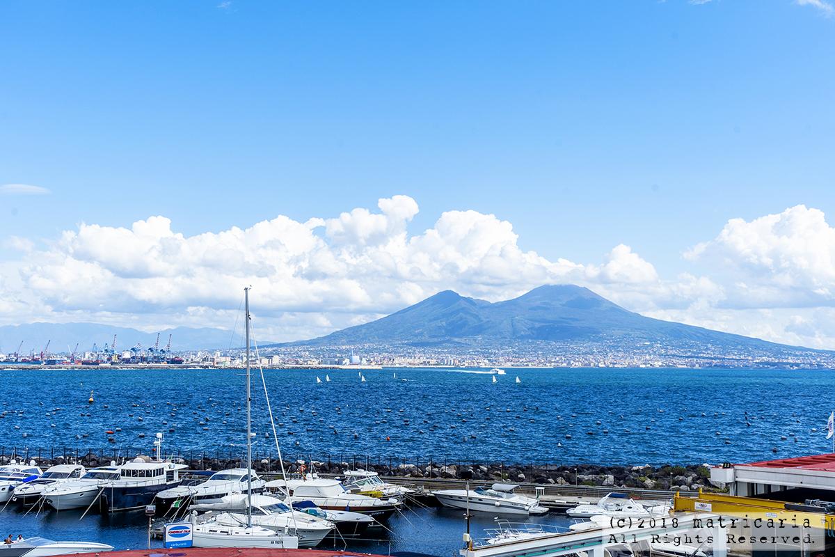 ナポリの絶景!サンタ・ルチアの青い空とヴェスヴィオ火山