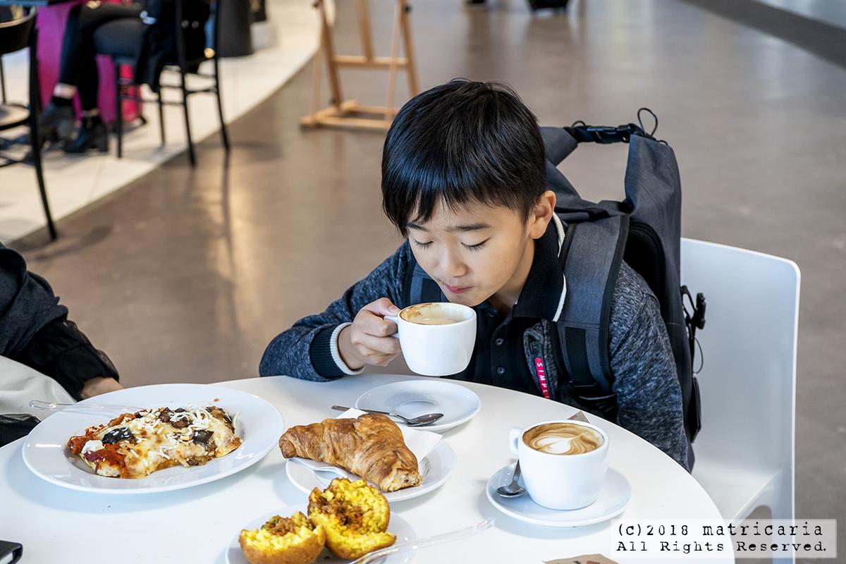 ローマ・テルミニ駅のカフェでコルネットとカプチーノの朝食を